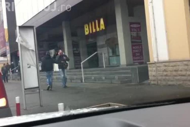 Boschetarii îi hărțuiesc pe clujeni în fața magazinului Central - VIDEO