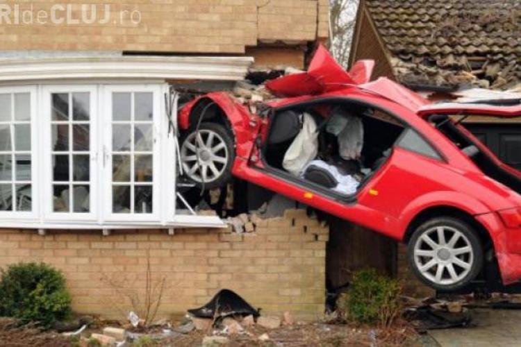 """Un șofer s-a """"înfipt"""" cu un Auti TT într-o casă - FOTO"""