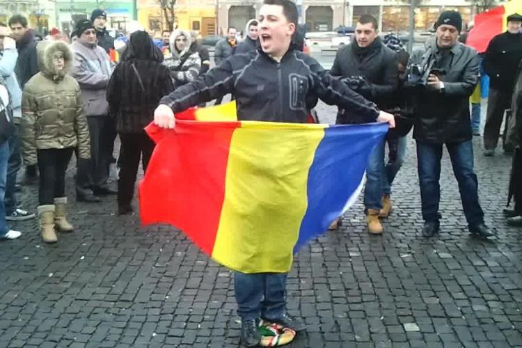 Coroană cu însemnele steagului Ungariei, călcată în picioare în Piața Unirii de protestatari - VIDEO