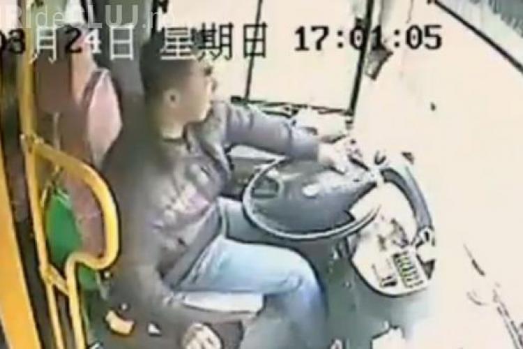 Șoferul unui autobuz și-a riscat viaţa pentru a salva viaţa pasagerilor - VIDEO