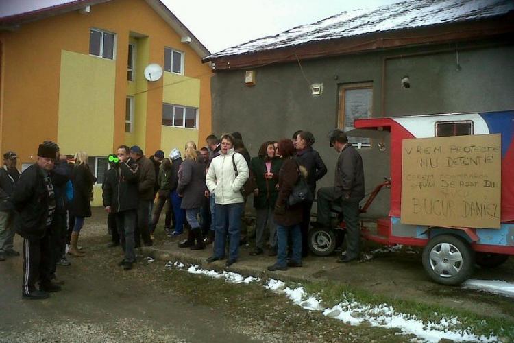 Țăranii din Jucu au ieșit în stradă și cer demisia șefului de post: Ne bagă copiii la închisoare - FOTO