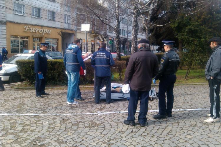 Un boschetar băut a murit în Piața Mihai Viteazu. Martor: A dat cu capul de asfalt. Nici mâinile din buzunar nu le-a scos - FOTO