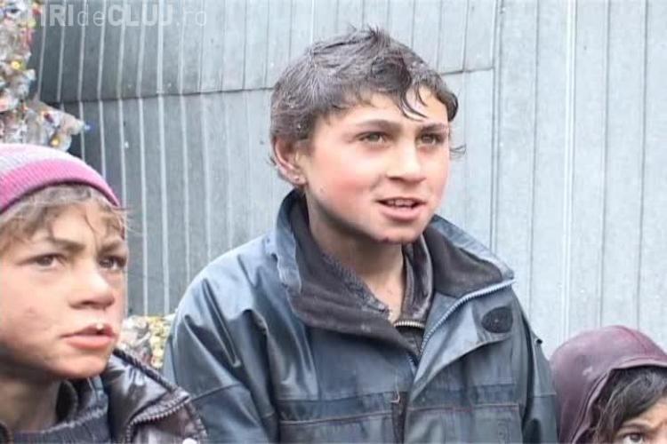 Iahnie de fasole pentru oamenii de la Pata Rât. Copii uzi și murdari până la urechi și multă sărăcie - VIDEO