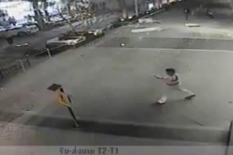 ACCIDENT TERIBIL: O femeie a căzut cu maşina de la etajul patru al unei parcări - VIDEO