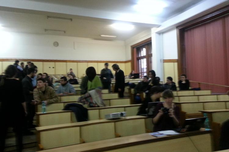 Studenții care au ocupat UBB Cluj DORM încă în sala Nicolae Iorga! Profesorii și studenții cer evacuarea lor