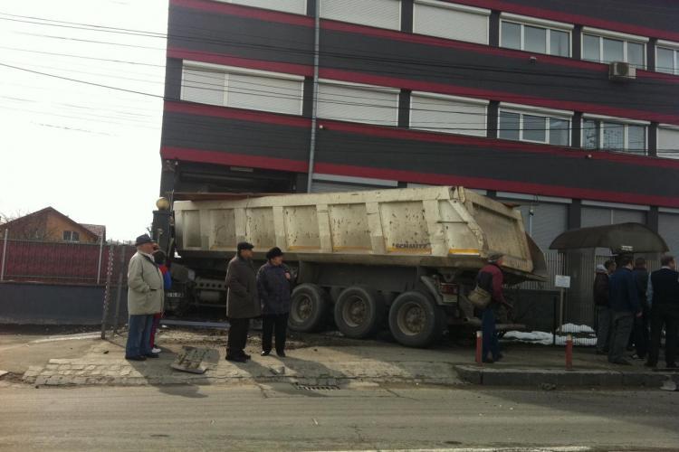 Accident pe Aurel Vlaicu! O basculantă a intrat într-un imobil. Șoferul avea viteză - FOTO