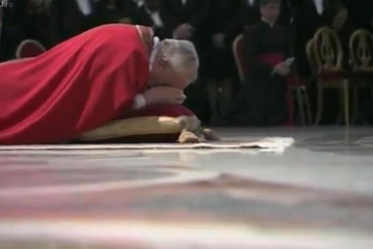 Papa Francisc se roagă întins pe podea în Bazilica Sfântul Petru - VIDEO