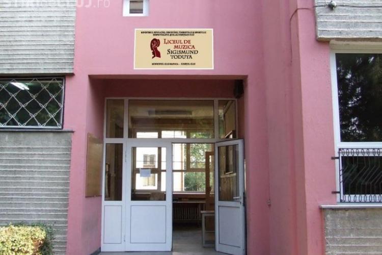 Se asfaltează curțile școlilor din Cluj-Napoca. Bugetul este de 1 milion de euro