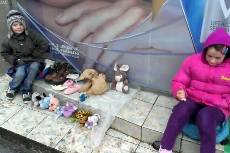 DRAMA copiilor care își VÂND jucăriile în Piața Mihai Viteazu pentru a merge în excursie! Mama îi EXPLOATEAZĂ