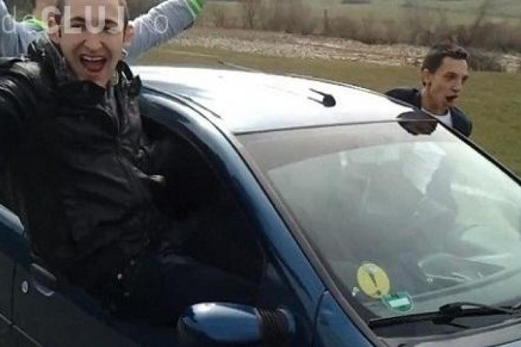 Tinerii din Dej, care s-au dat în spectacol și au ieșit pe geamurile mașinii aflată în mers, AMENDAȚI de Poliția Cluj