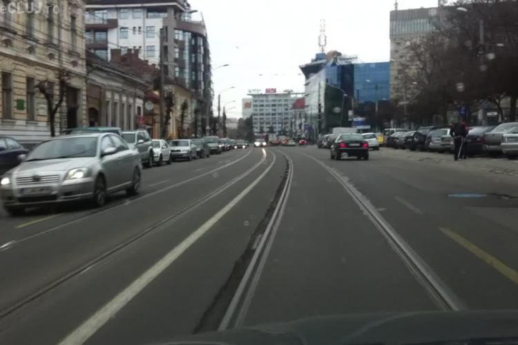 Asfaltul se crapă lângă linia de tramvai din Cluj-Napoca, de pe strada Barițiu - VIDEO