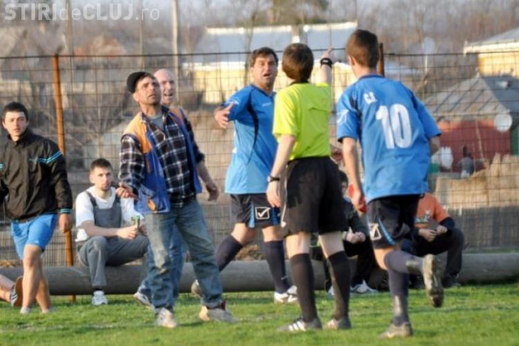 Nou caz nebun din fotbalul românesc. L-a alergat pe arbitru cu forfecele de tăiat vița de vie - FOTO