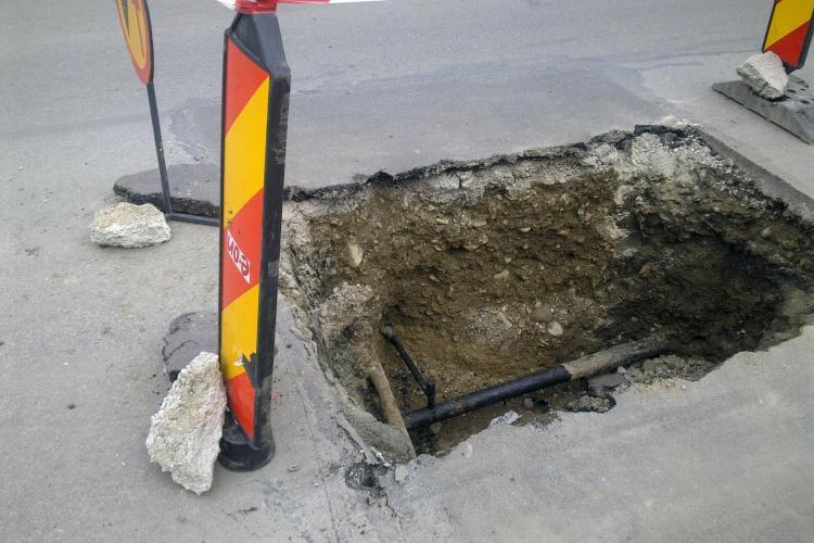 """E.ON Gaz sparge strada București, """"fără jenă"""": """"Sar pietrele in masinile oamenilor"""""""