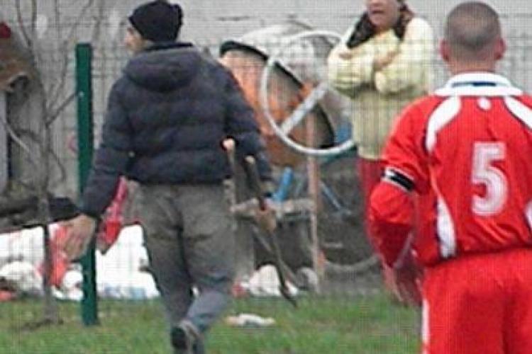 Bărbatul care a întrerupt cu toporul în mână un meci de fotbal la Răscruci, cercetat de Poliție