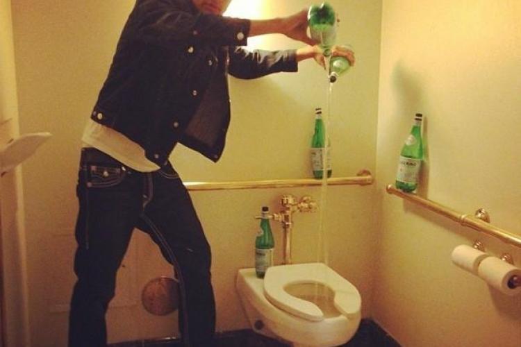 Cocalarul de pe Facebook! Se spală pe mâini cu apă minerală fină și își afișează banii - FOTO