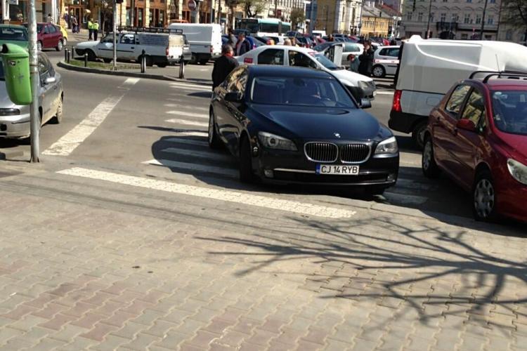 Smecher cu BMW, parcat în față la Diesel, pe trecerea de pietoni - FOTO