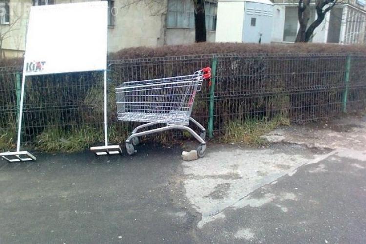 Nesimțire în Mănăștur! Și-a dus cumpărăturile de la Penny până la scara blocului cu căruciorul din magazin - FOTO