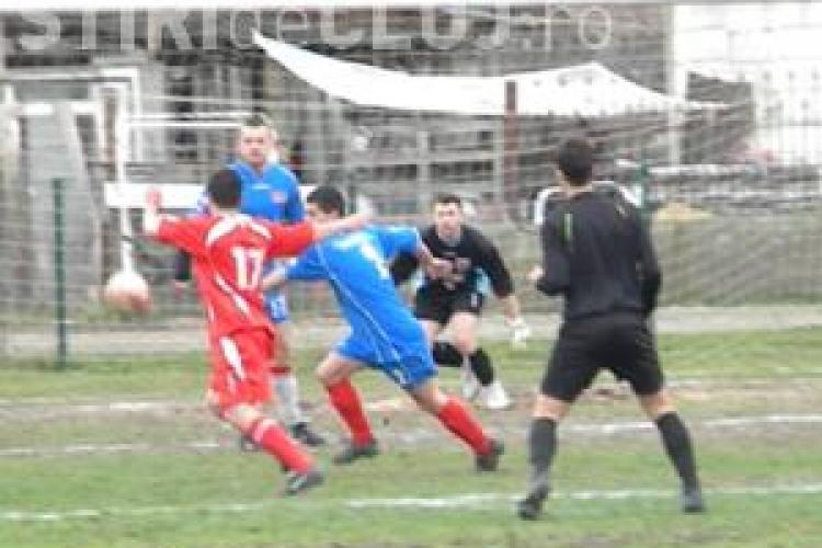 Moment INCREDIBIL într-un meci de fotbal din județul Cluj. Un bărbat a intrat cu securea pe teren