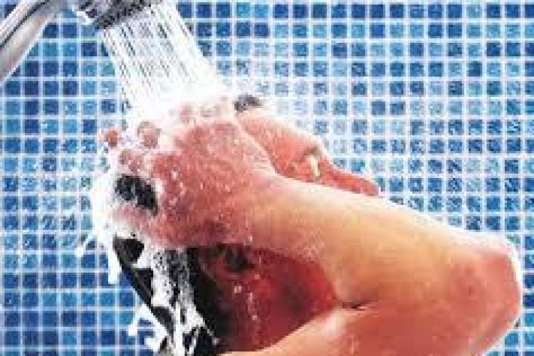 Nu este sănătos să facem duş zilnic, afirmă un medic