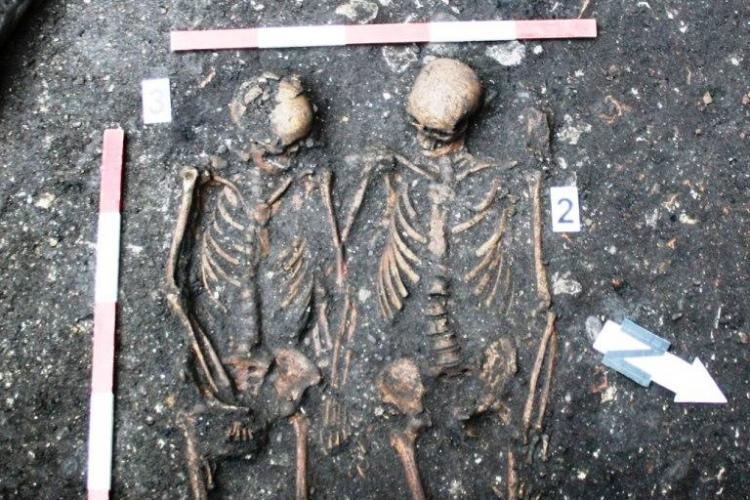 Romeo si Julieta, găsiți de arheologi la Liceul de Muzica din Cluj! Vezi ce poveste de dragoste era înmormântată acolo - FOTO