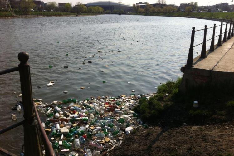Şi-a aruncat gunoaiele din tomberon, direct în râul Someş, lângă Parcul Babeş - FOTO