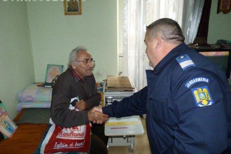 Jandarmii clujeni dau cadouri bătrânilor din Gherla