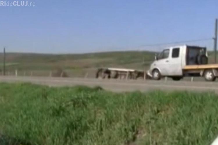 Microbuzul răsturnat la Bonțida, filmat LIVE! Accidentul s-a produs la 100 de metri de un alt incident - VIDEO