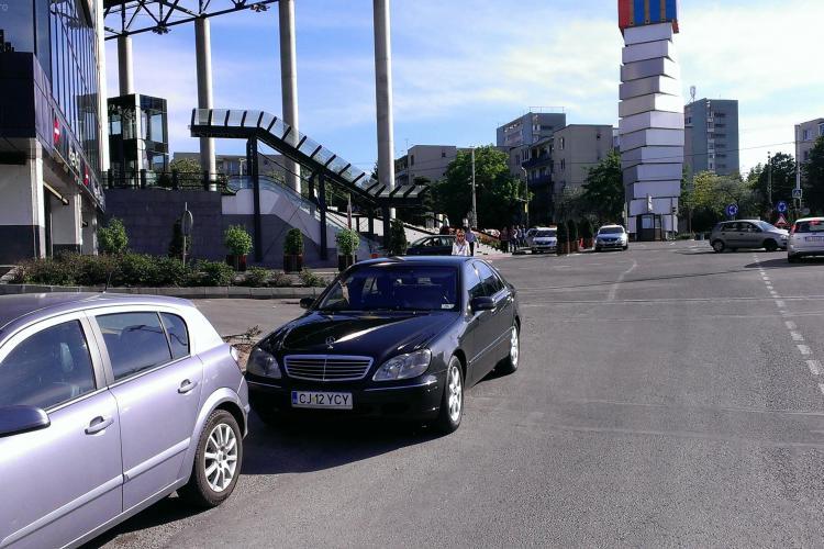TUPEU de tigan! Mercedes cu însemne ale Camerei Deputaților parcat pe trecerea de pietoni la Iulius Mall