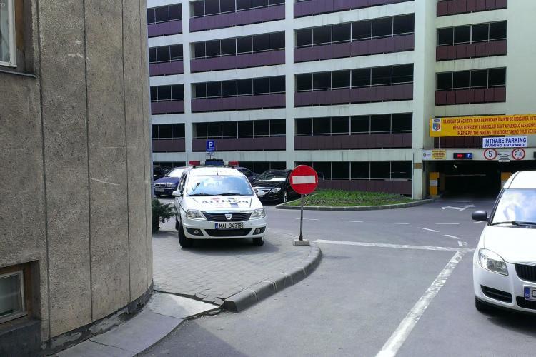 Maşină de poliţie parcată pe totuar lângă Parkingul Primăriei. Un clujean: Le-aş fi dat o cheie... - FOTO