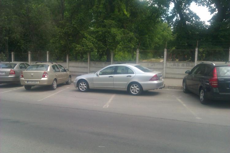Mercedes parcat ca pe câmp pe strada Pasteur FOTO