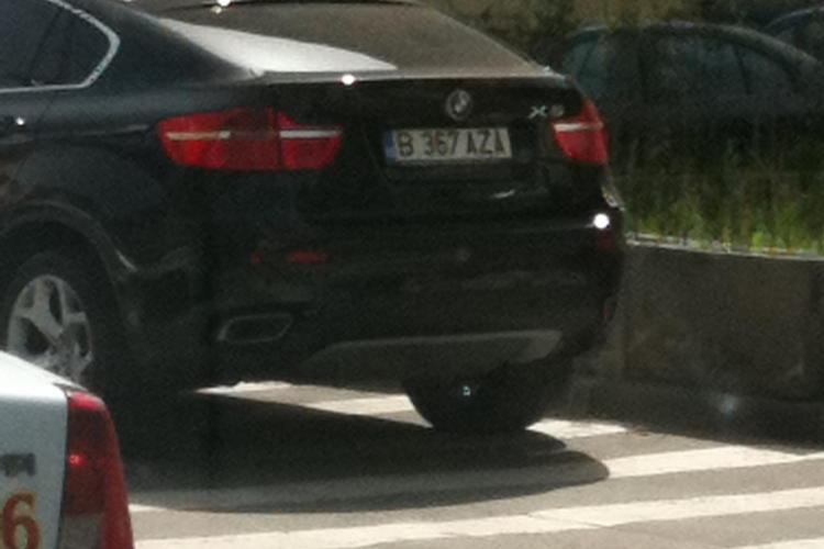 Cocalar cu BMW, parcat pe trecerea de pietoni pe strada Horea - FOTO