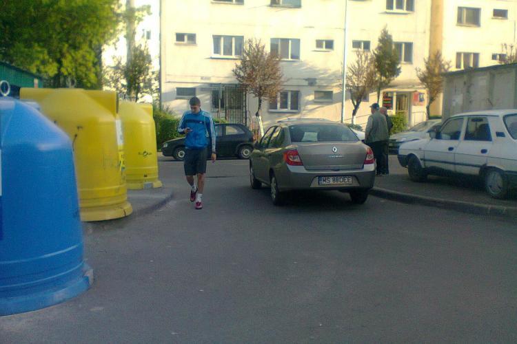 O şoferiţă şi-a parcat maşina în intersecţie pe strada Bucegi, blocând-o - VIDEO