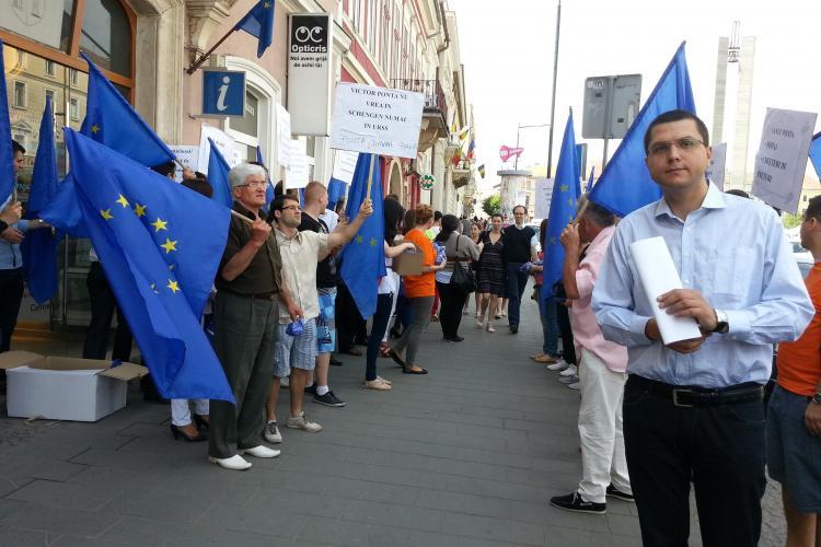 Tinerii PDL Cluj au protestat în fața sediilor PNL și PSD Cluj, pe Bulevardul Eroilor, față de ratarea aderării Schengen - FOTO