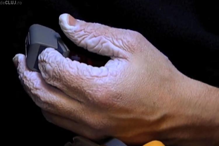 Cum arată mâinile unei persoane care a stat sub apă 10 zile - VIDEO