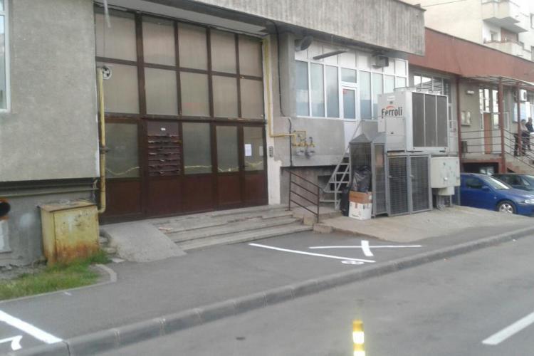 Parcări trasate fără pic de CREIER în Zorilor! E parcare și în fața rampei pentru persoane cu handicap - FOTO