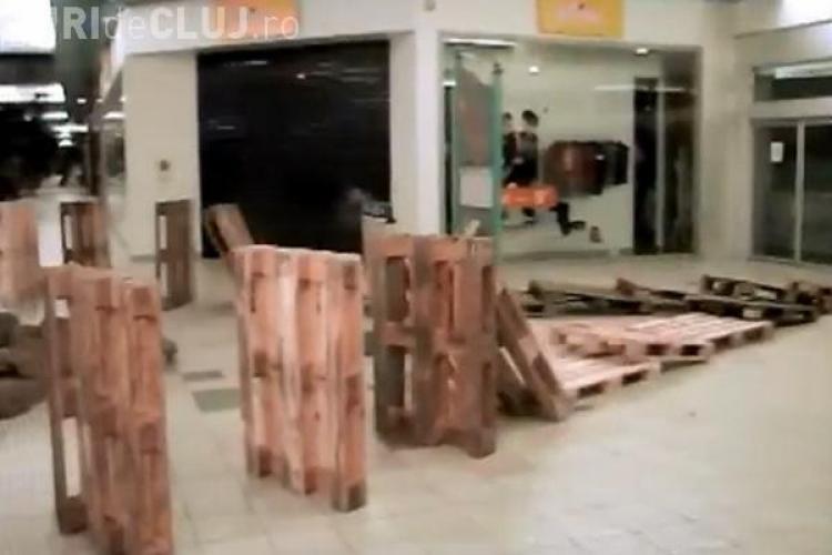 CLIPUL ZILEI: Cum se distrează angajații unui supermarket în tura de noapte VIDEO
