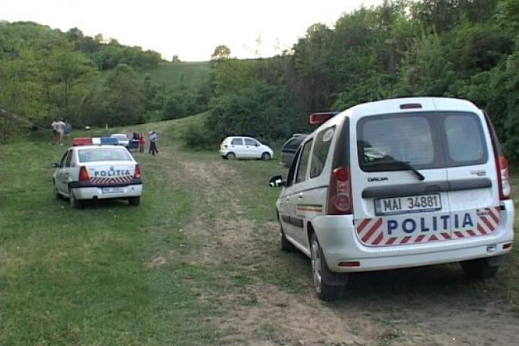 Doi clujeni stăteau la picnic, când un Jeep s-a urcat peste ei! Maşina era fără şofer - VIDEO