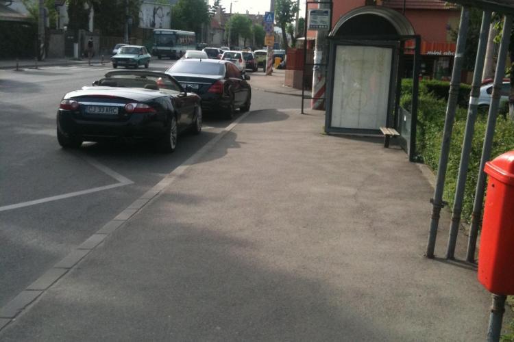 Şmecheri parcaţi în staţia de autobuz, lângă Il Caffe, pe strada Constantin Brâncuşi - FOTO