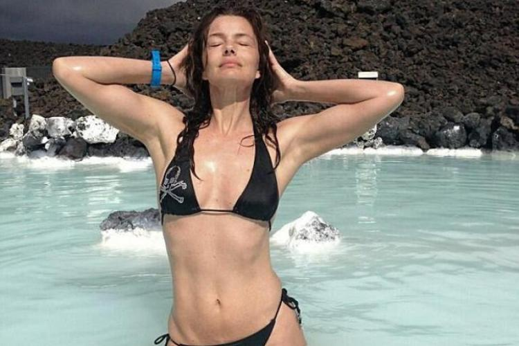 Un fost supermodel de 48 de ani, face furori în costum de baie - FOTO