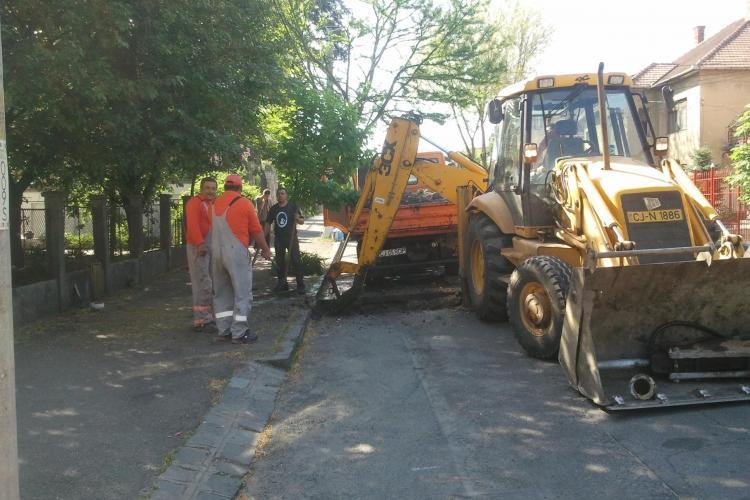 Dorel de la E-ON Gaz a spart o teavă de apă de pe strada Andrei Mureșanu - VIDEO