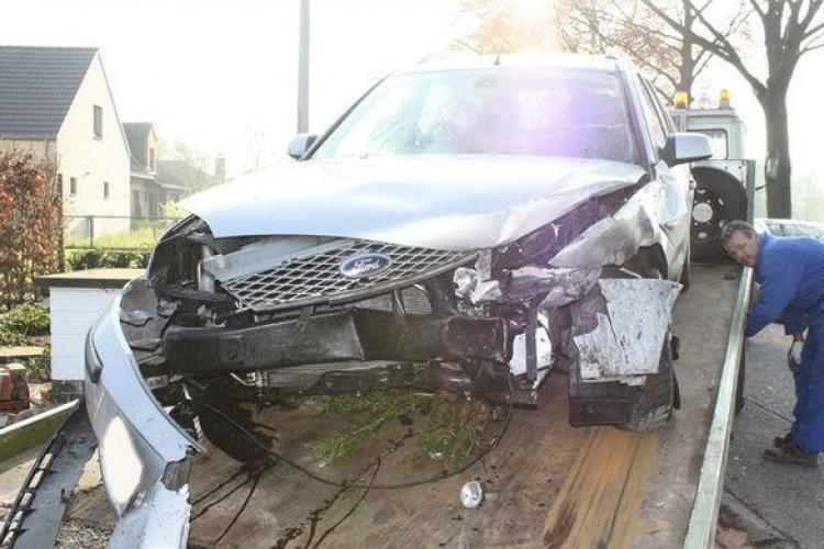 Un şofer a vrut să testeze airbag-urile și a intrat cu mașina VOLUNTAR într-un copac