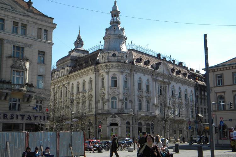 Și-a montat un pat și o veioză în fața hotelului Continental din centrul Clujului
