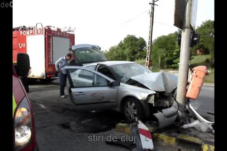 Imagini de la accidentul din Feleacu! Un șofer a adormit la volan și s-a înfipt într-un stâlp - VIDEO