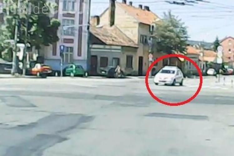 Banda exclusivistă de circulație a Poliției Cluj îi enervează pe șoferi - VIDEO