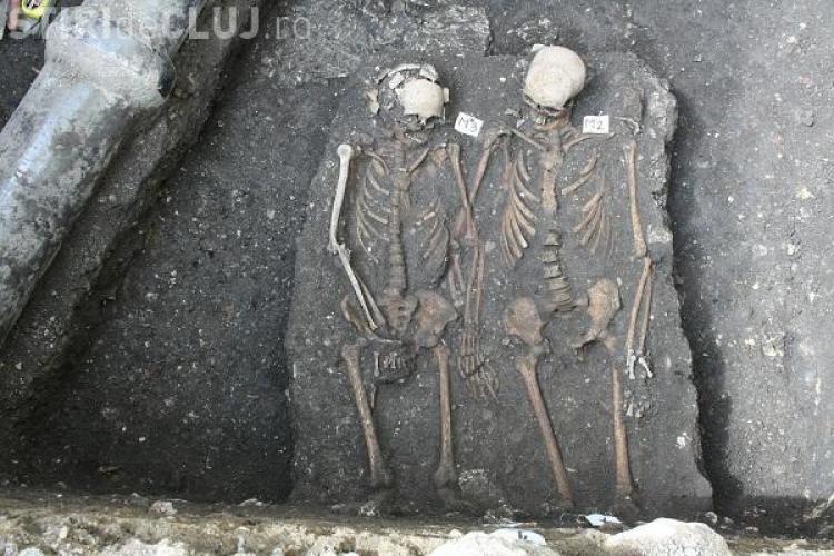 """De ce au murit """"Romeo și Julieta de Cluj"""", scheletele descoperite ținându-se de mână la Mănăstirea Franciscană"""