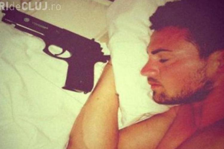 Fotbalistul român, care a înghițit supozitoare pentru că nu știa să le ia, doarme cu pistolul sub pernă - FOTO