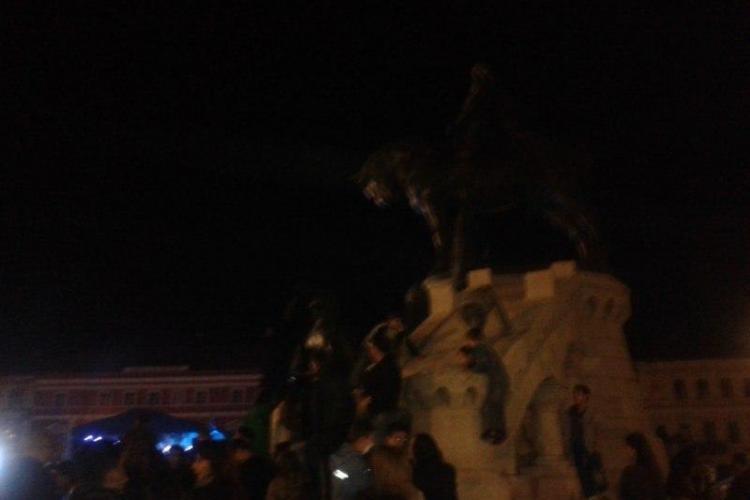 Maghiarii se plâng că statuia lui Matei Corvin a fost escaladată de fanii lui Loreen - FOTO