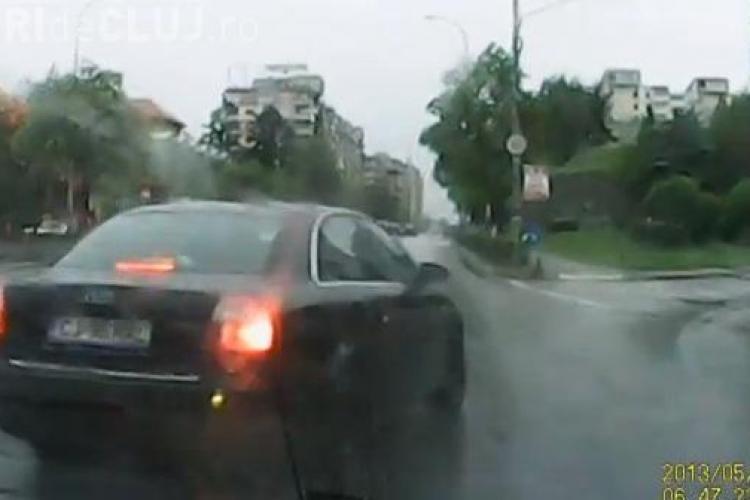 Acest șofer a încremenit la intrare în Cluj-Napoca! Era să facă două accidente, în mai puțin de 500 de metri - VIDEO