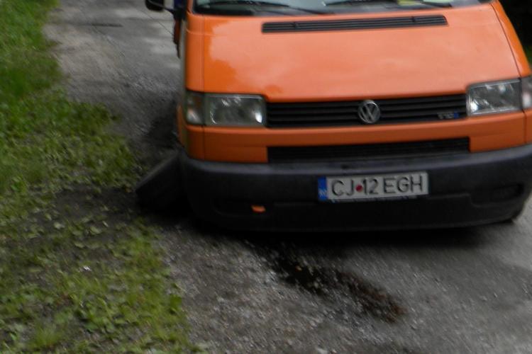 I s-a rupt roata și și-a spart baia de ulei în gropile de pe drumul spre Valea Ierii - FOTO