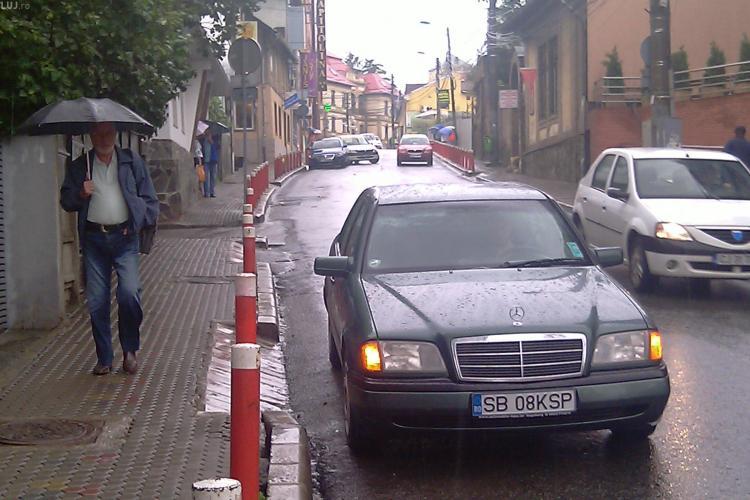 Smecheri de Cluj la tot pasul in oras. Doua masini lasate pe strada Victor Babes cu avariile pornite, incurca traficul. FII REPORTER! - FOTO